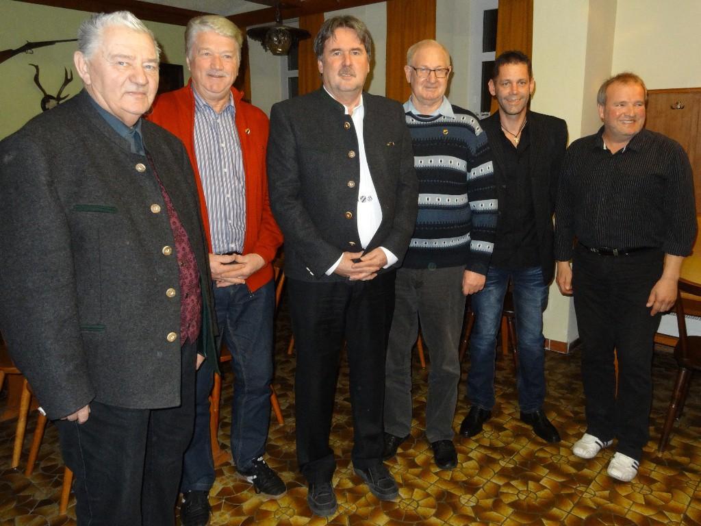 Von links: Geistlicher Beirat der DJK Pfarrer Horst Kreß, Günter Polak (50-Jahre), DJK-Präsident Martin Götz, Josef Hafner (50-Jahre), 1. Vorstand Lorenz Reiter, 2. Vorstand Konrad Dumberger jun.